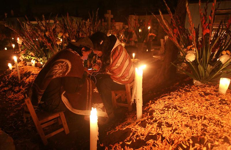 Familia en el cementerio